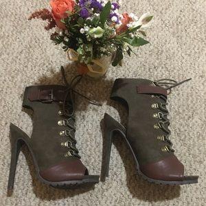 Shoe dazzle combat heel